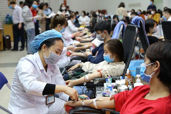 Hình ảnh đẹp, hàng nghìn người xếp hàng giải cứu thiếu máu Ảnh 6