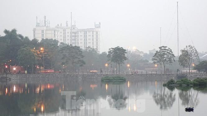Trời Hà Nội mù mịt sương, độ ẩm trong không khí tăng cao Ảnh 2