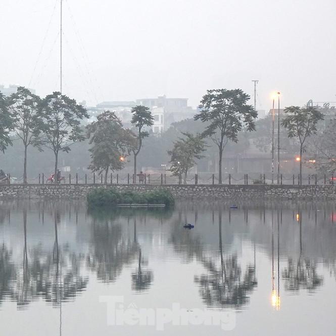 Trời Hà Nội mù mịt sương, độ ẩm trong không khí tăng cao Ảnh 9
