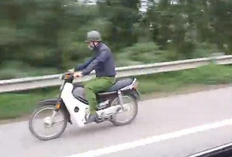 Truy tìm người mặc trang phục giống cảnh sát, coi thường luật pháp phóng xe máy trên Đại lộ Thăng Long Ảnh 1