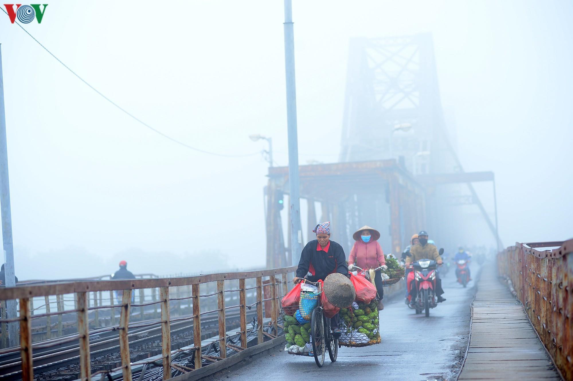Hà Nội lại chìm trong sương mù dày đặc Ảnh 7