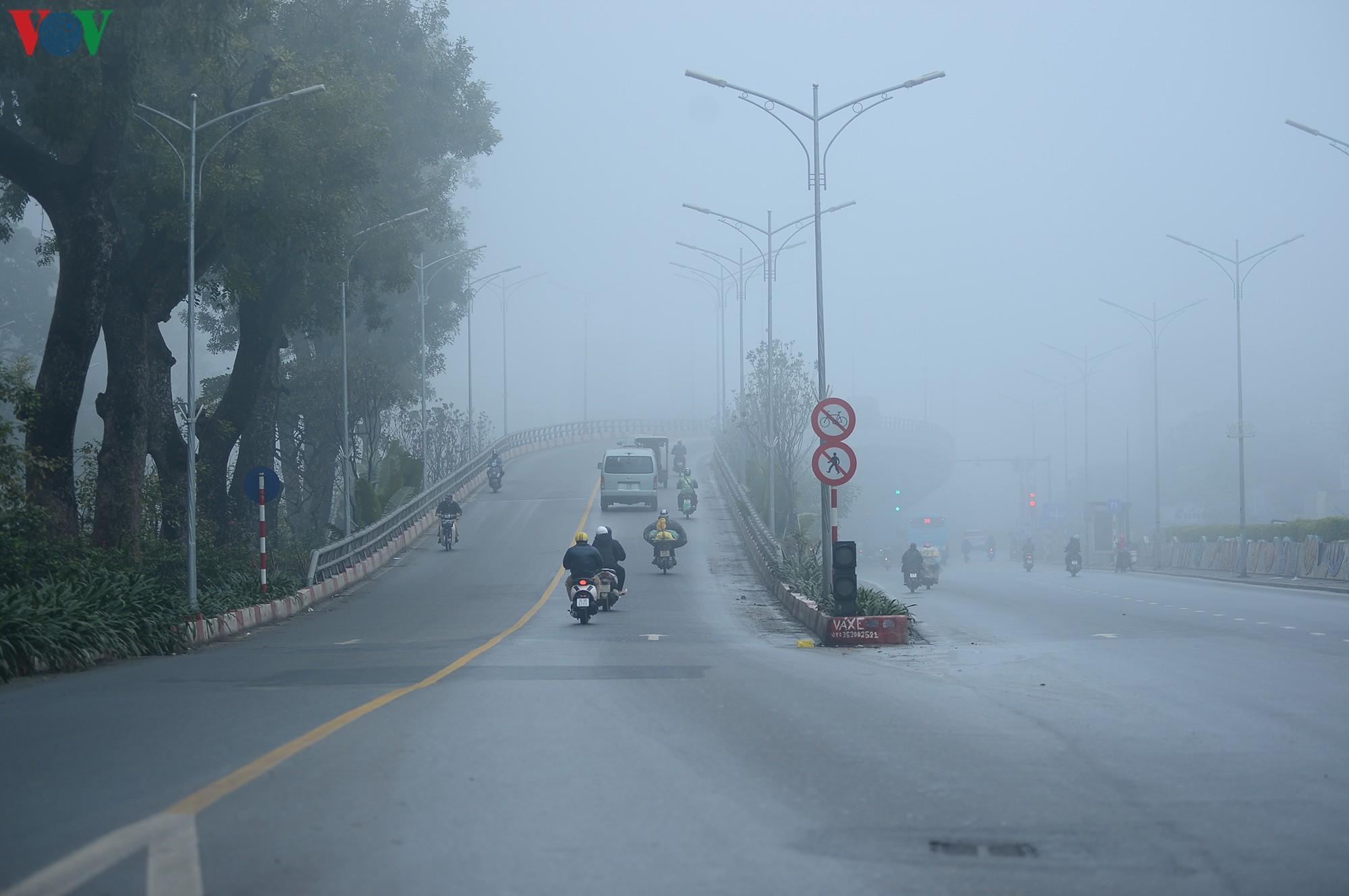 Hà Nội lại chìm trong sương mù dày đặc Ảnh 6