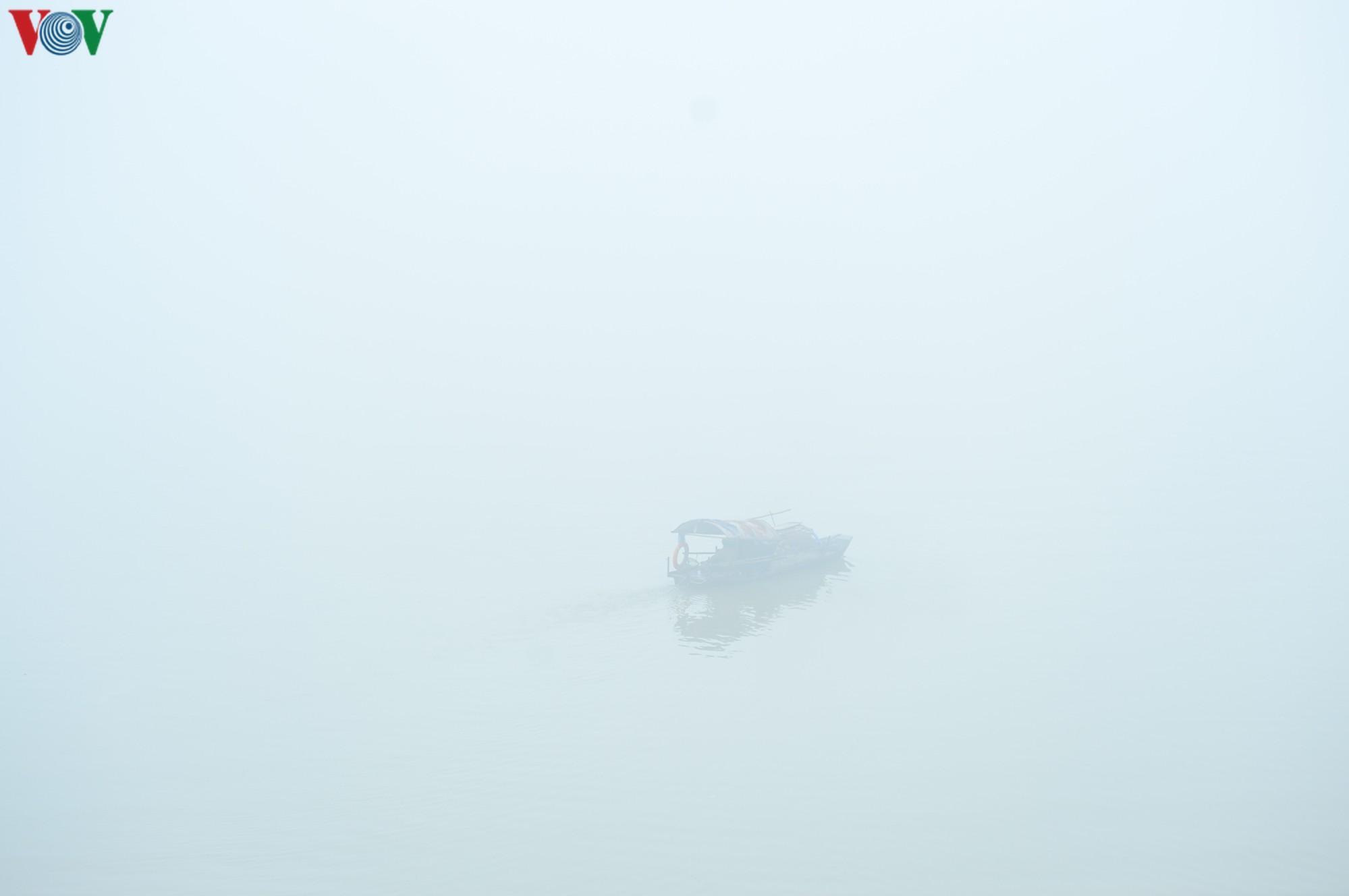 Hà Nội lại chìm trong sương mù dày đặc Ảnh 12