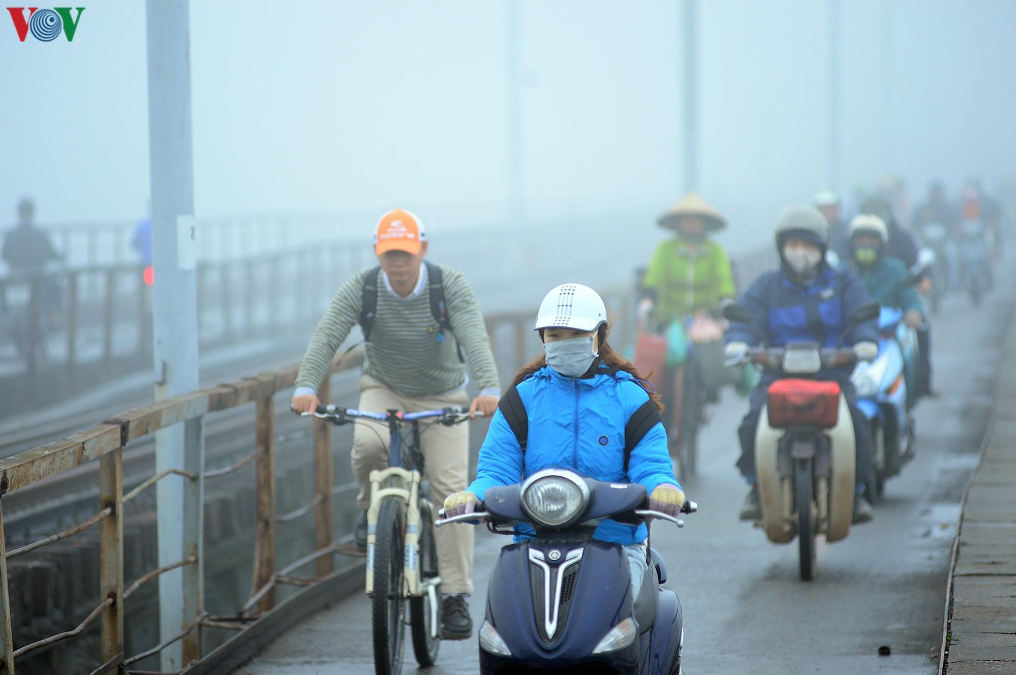 Hà Nội lại chìm trong sương mù dày đặc Ảnh 8