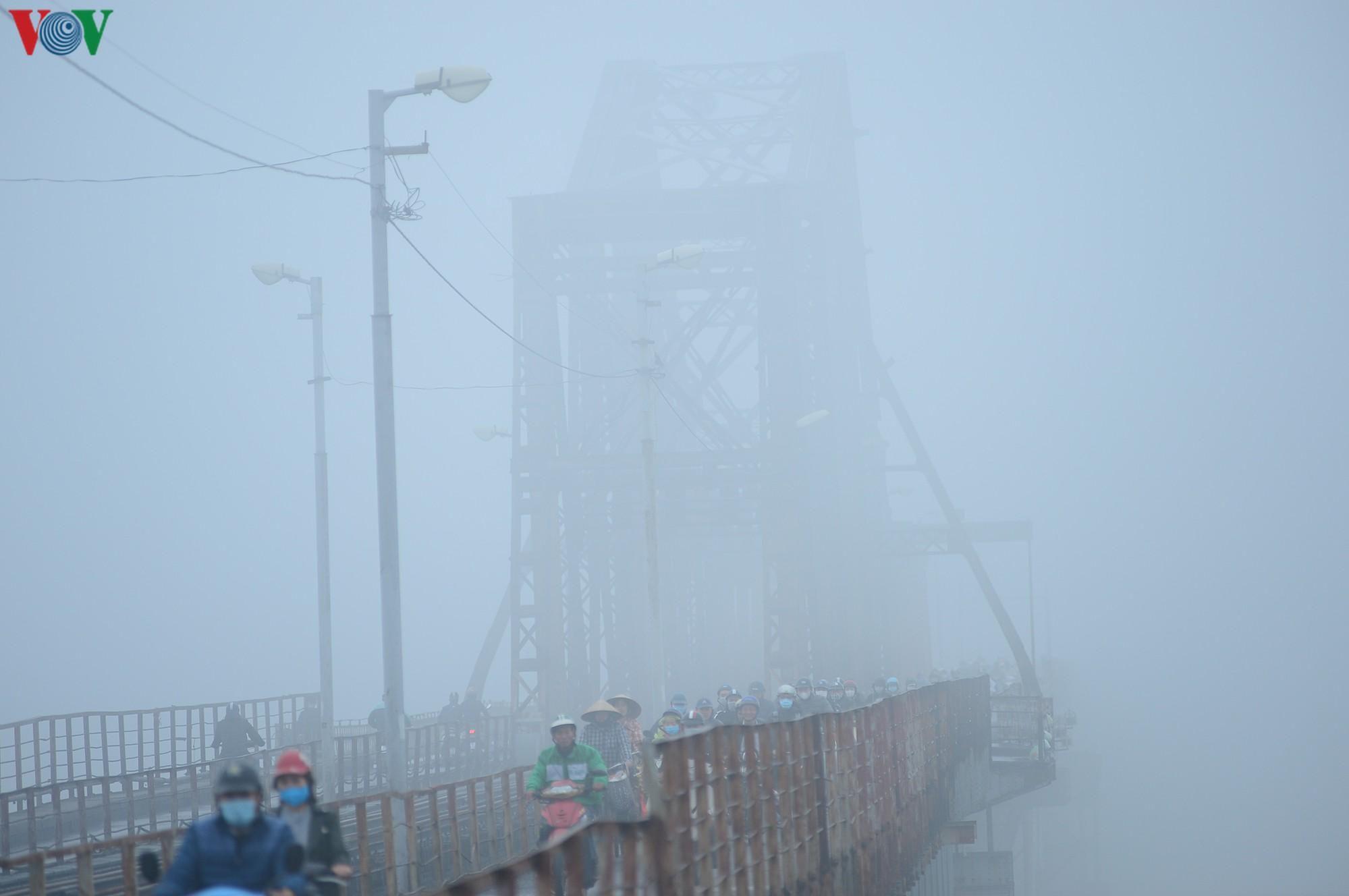 Hà Nội lại chìm trong sương mù dày đặc Ảnh 10