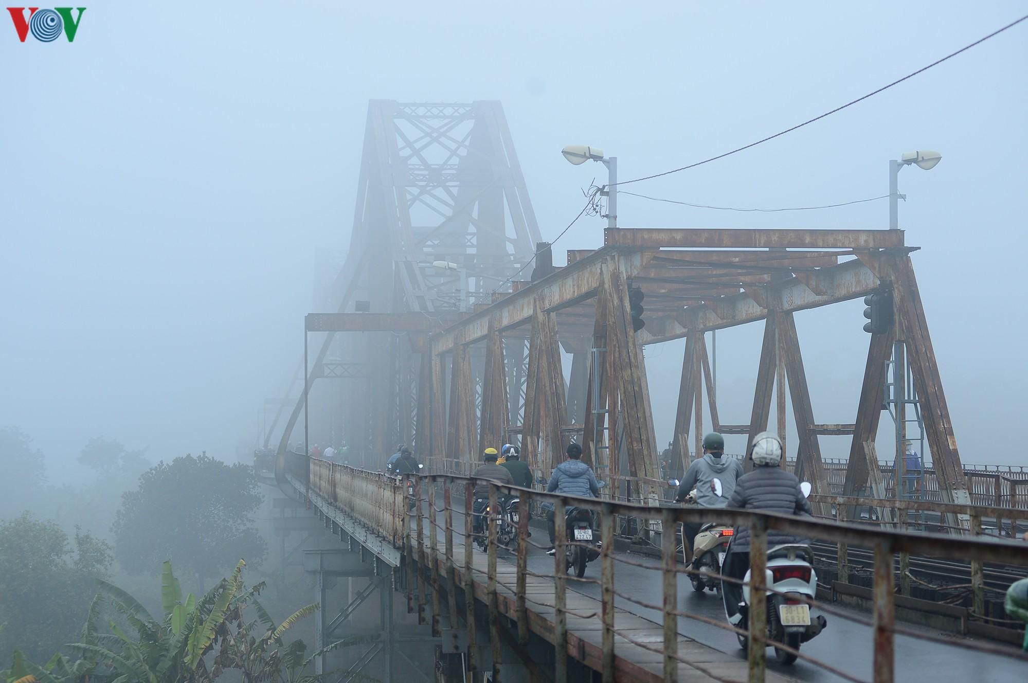 Hà Nội lại chìm trong sương mù dày đặc Ảnh 11
