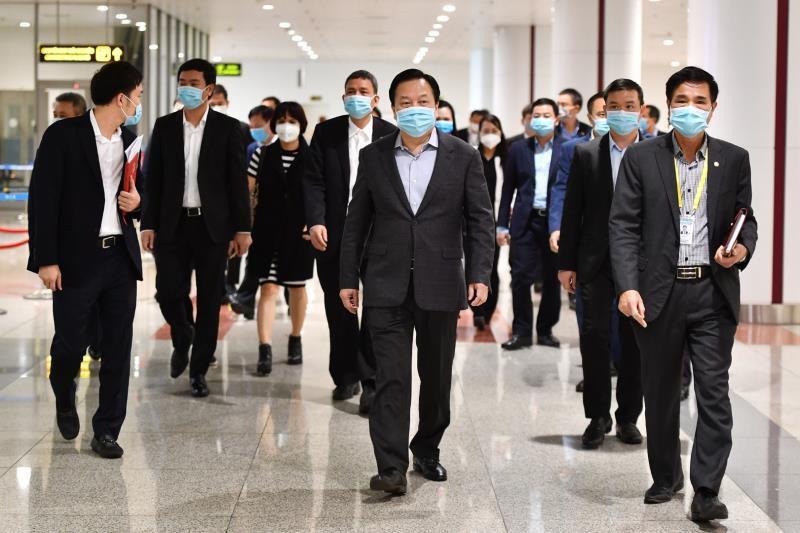 Kiểm tra công tác chống dịch bệnh viêm đường hô hấp cấp do Covid-19 tại sân bay nội bài Ảnh 1