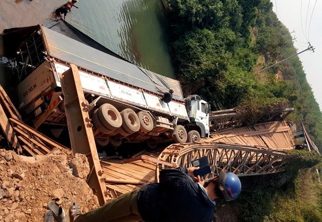 'Cưỡi' trên cầu tạm, cả cầu và xe đổ xuống suối Ảnh 1