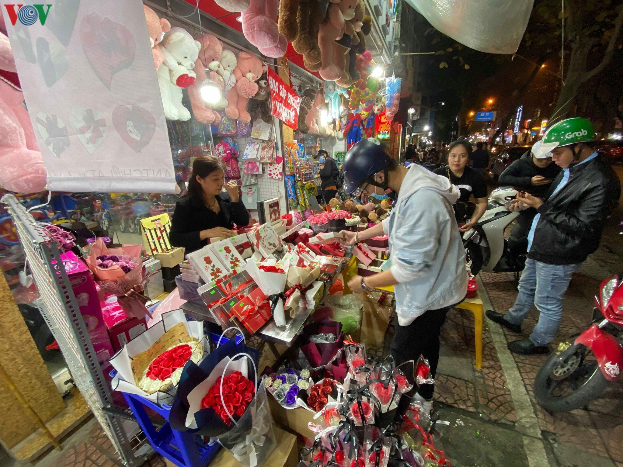 Các cặp đôi đi chơi tối Valentine trong lất phất mưa phùn ở Hà Nội Ảnh 8