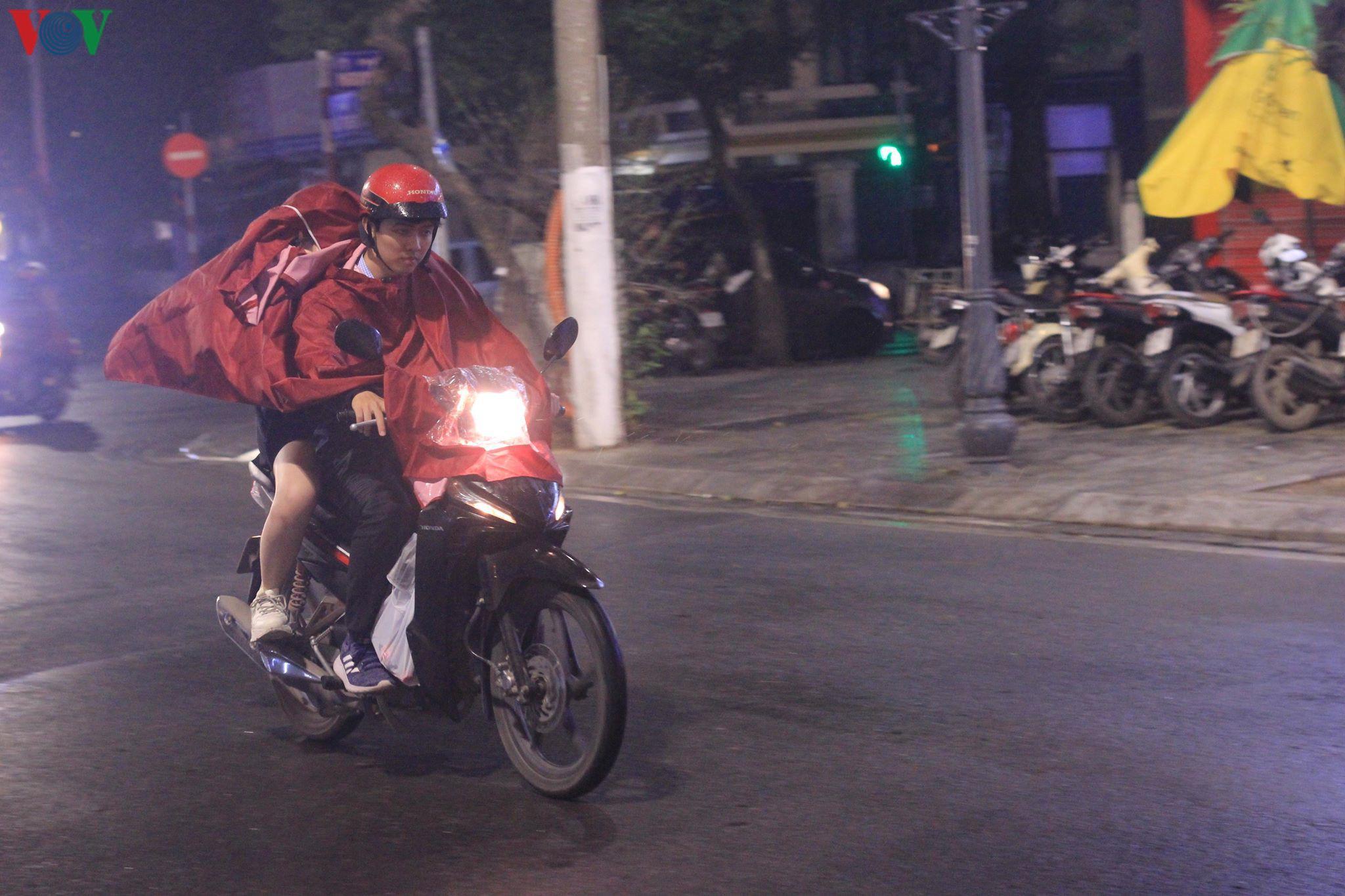 Các cặp đôi đi chơi tối Valentine trong lất phất mưa phùn ở Hà Nội Ảnh 9