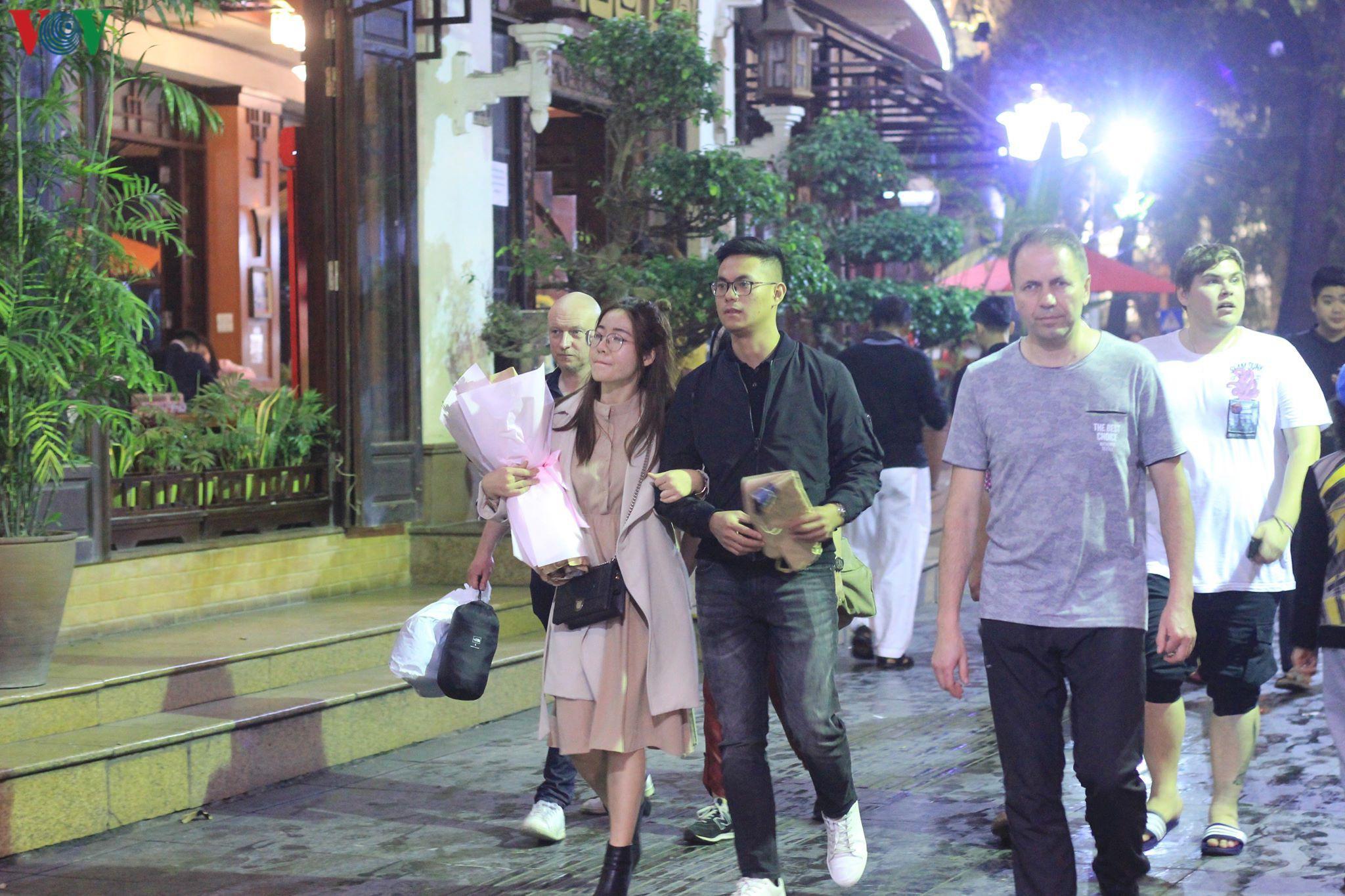 Các cặp đôi đi chơi tối Valentine trong lất phất mưa phùn ở Hà Nội Ảnh 6