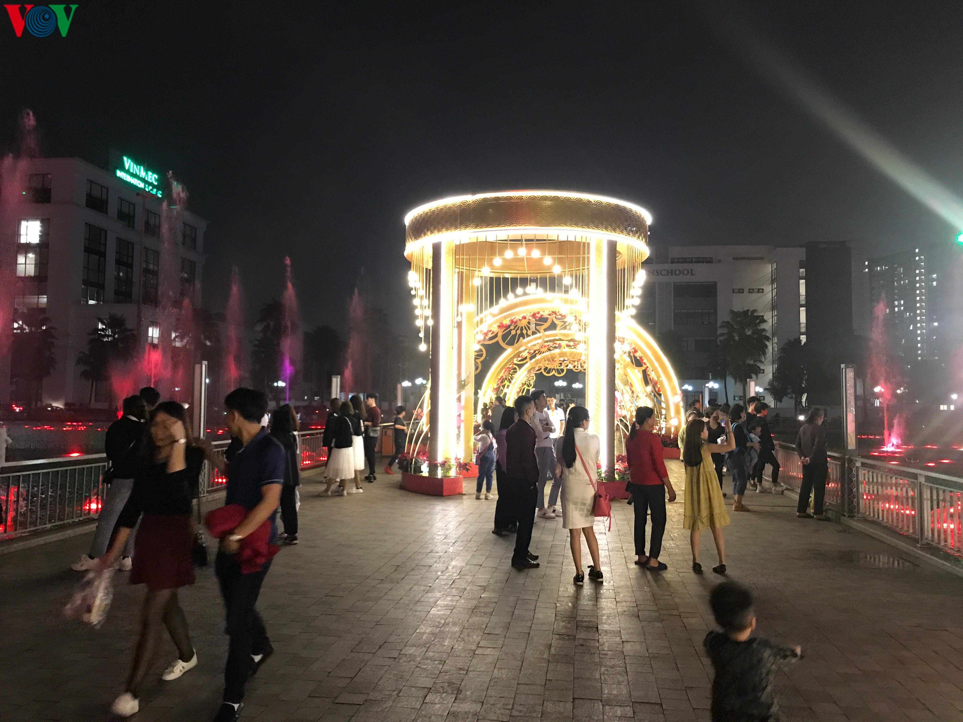 Các cặp đôi đi chơi tối Valentine trong lất phất mưa phùn ở Hà Nội Ảnh 1