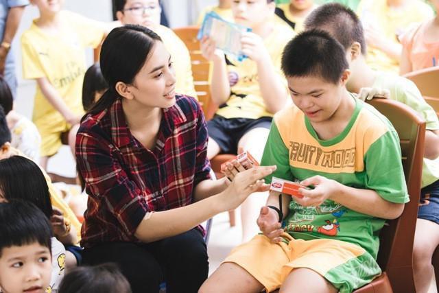 Hoa hậu Tiểu Vy mộc mạc tham gia hiến máu Ảnh 4