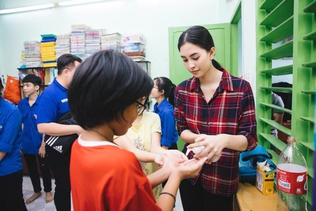 Hoa hậu Tiểu Vy mộc mạc tham gia hiến máu Ảnh 5
