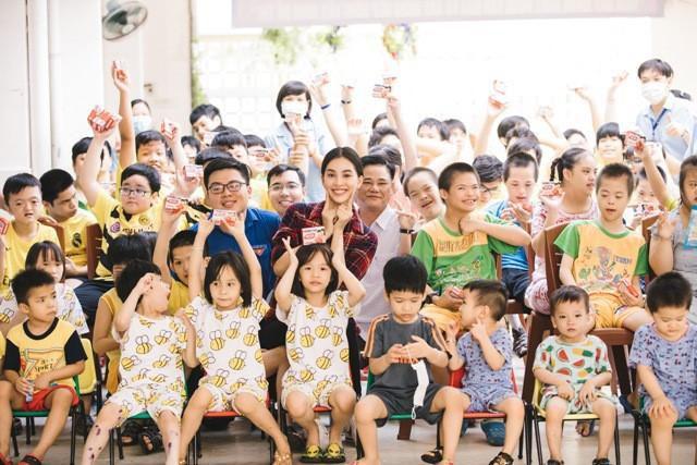 Hoa hậu Tiểu Vy mộc mạc tham gia hiến máu Ảnh 2