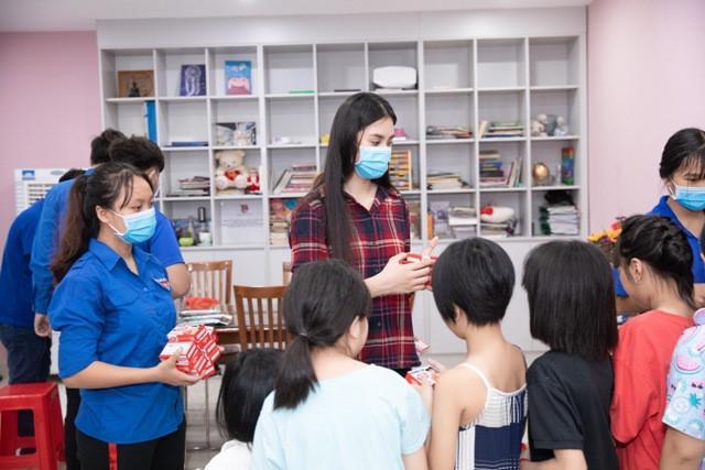 Hoa hậu Tiểu Vy mộc mạc tham gia hiến máu Ảnh 1