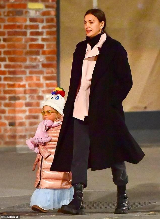 Irina Shayk đẹp hút mắt khi ra phố trong tiết trời giá lạnh Ảnh 6