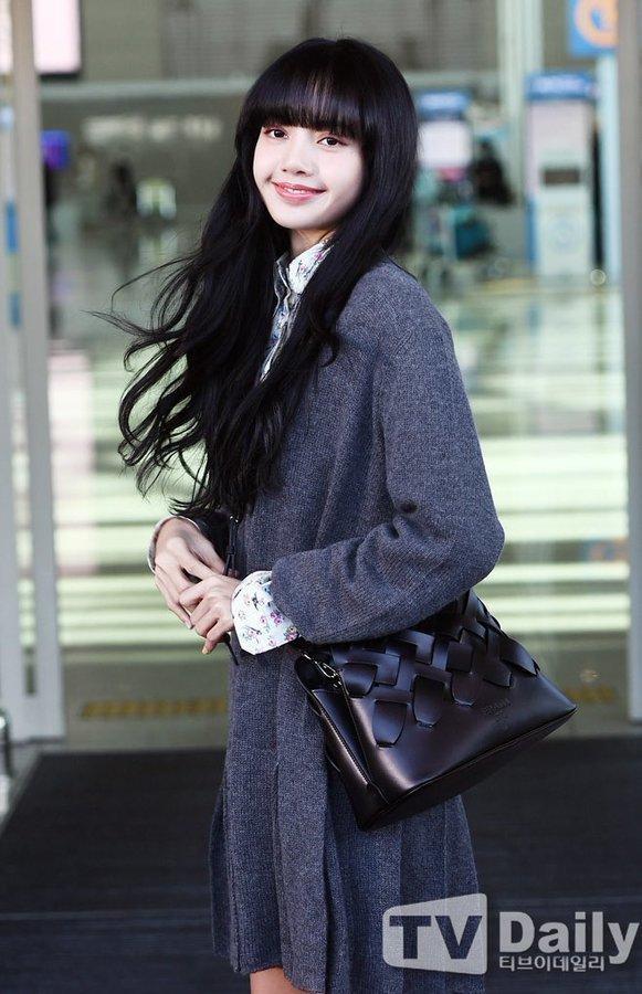 Lisa (BLACKPINK) ghi điểm tuyệt đối với gương mặt xinh như búp bê và mái tóc đen dài Ảnh 1