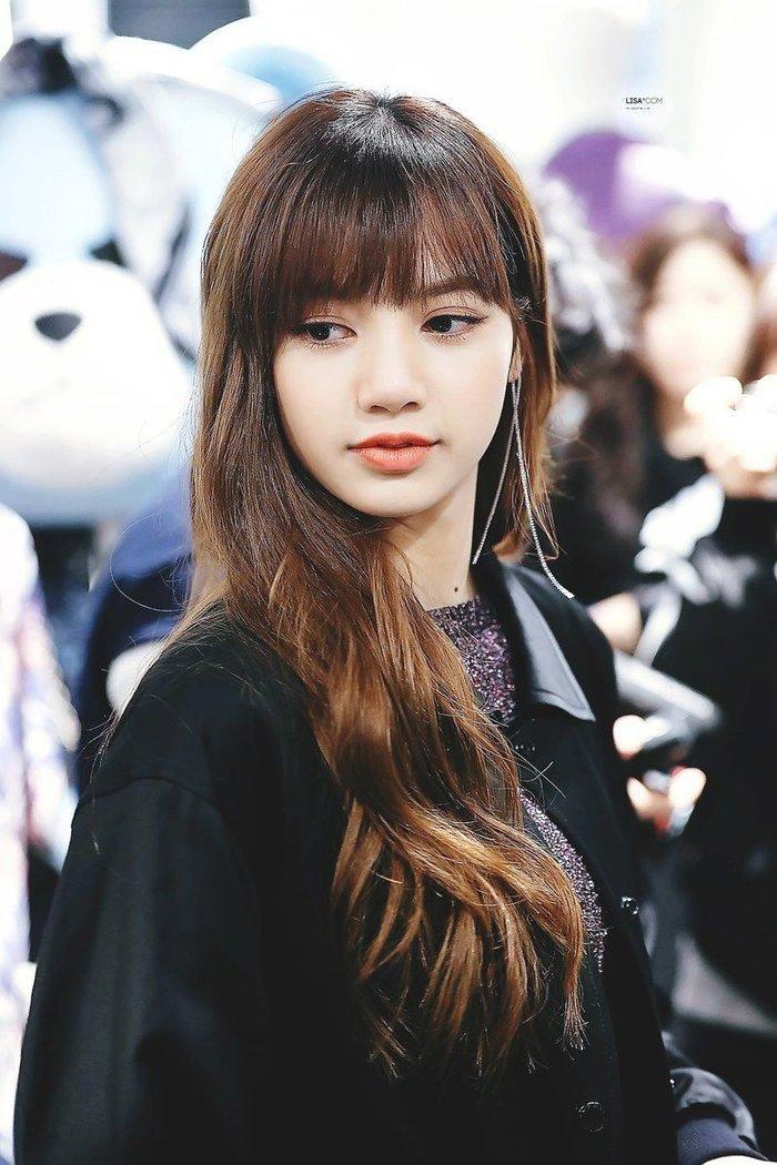Lisa (BLACKPINK) ghi điểm tuyệt đối với gương mặt xinh như búp bê và mái tóc đen dài Ảnh 8