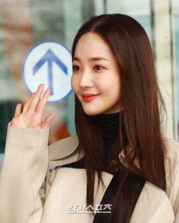 'Mỹ nhân dao kéo' Park Min Young liên tục biến sân bay thành sàn diễn thời trang Ảnh 8