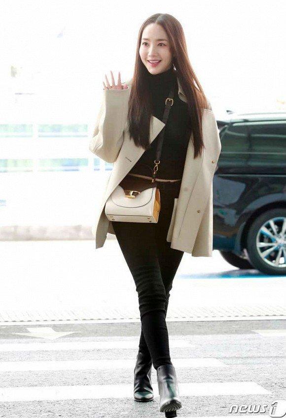 'Mỹ nhân dao kéo' Park Min Young liên tục biến sân bay thành sàn diễn thời trang Ảnh 1