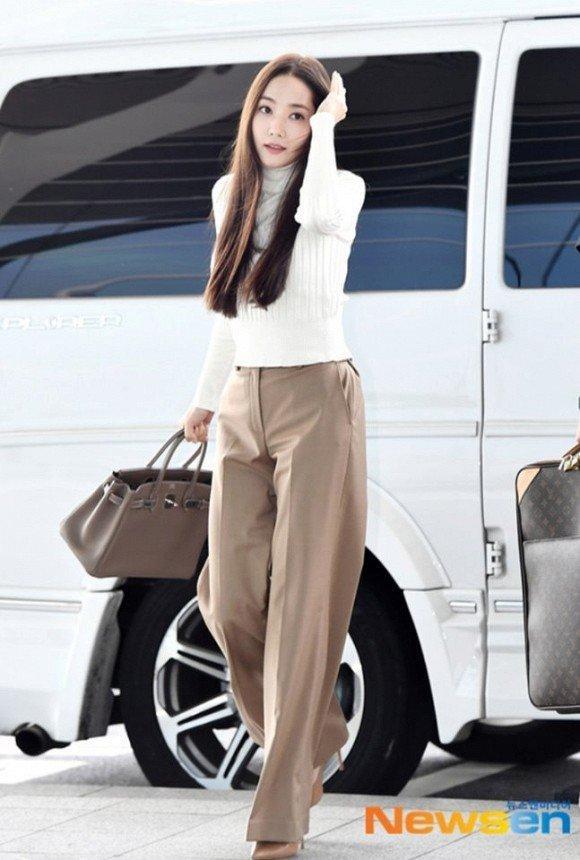 'Mỹ nhân dao kéo' Park Min Young liên tục biến sân bay thành sàn diễn thời trang Ảnh 6