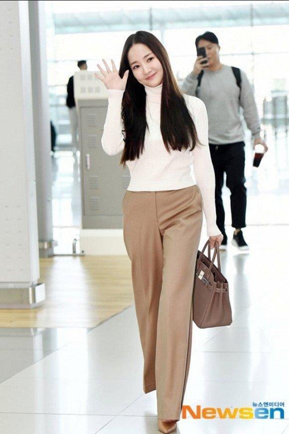 'Mỹ nhân dao kéo' Park Min Young liên tục biến sân bay thành sàn diễn thời trang Ảnh 7