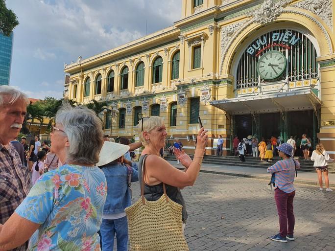Nhiều đoàn khách quốc tế tham quan, mua sắm ở TP HCM Ảnh 1