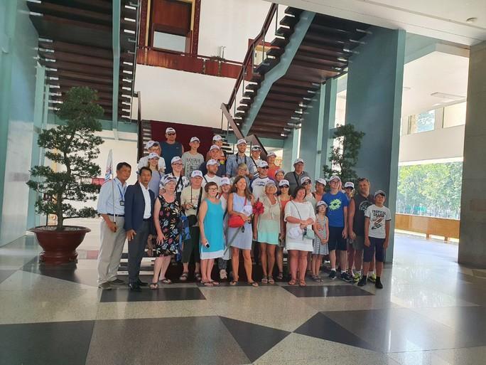 Nhiều đoàn khách quốc tế tham quan, mua sắm ở TP HCM Ảnh 3