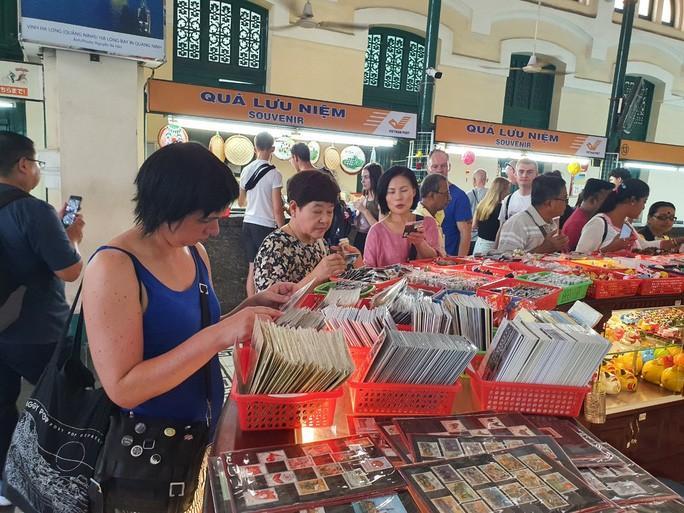 Nhiều đoàn khách quốc tế tham quan, mua sắm ở TP HCM Ảnh 2