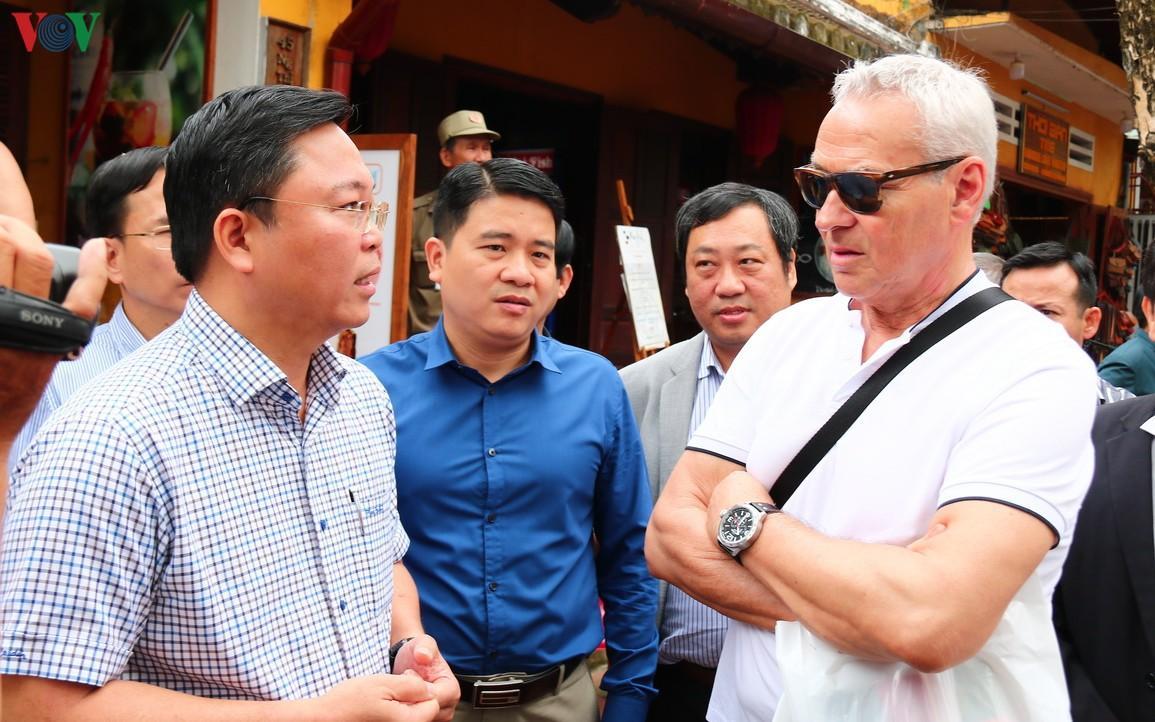 Chủ tịch tỉnh Quảng Nam trò chuyện với khách Tây giữa phố cổ Hội An Ảnh 1