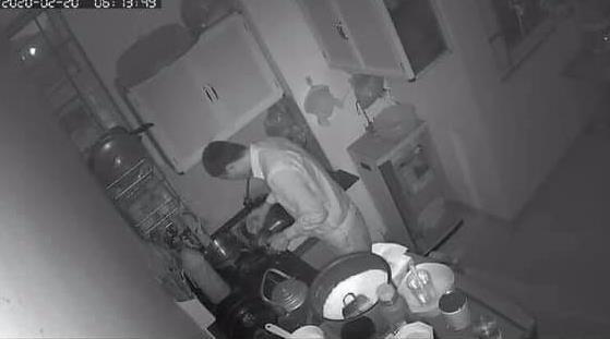 Sợ vợ con thức giấc, ông bố trẻ dậy sớm làm việc nhà trong bóng tối khiến chị em 'thổn thức' Ảnh 1