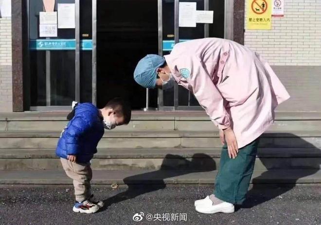 Cậu bé 2 tuổi cúi chào 'mẹ y tá' trước khi xuất viện Ảnh 1