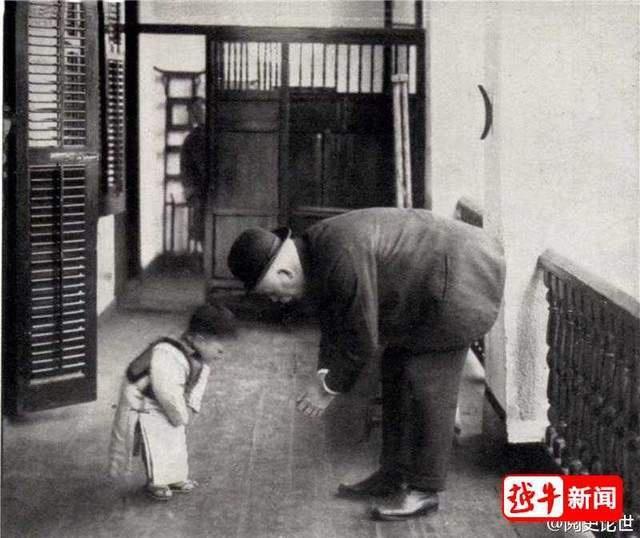 Cậu bé 2 tuổi cúi chào 'mẹ y tá' trước khi xuất viện Ảnh 2