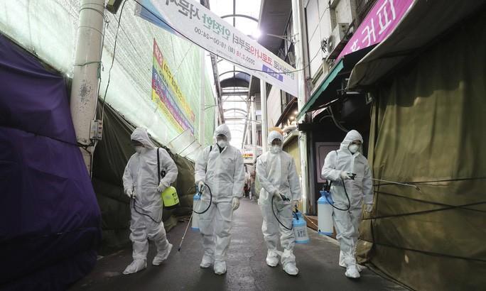 Covid-19 ở Hàn Quốc: Vì sao số ca nhiễm từ vài chục lên gần 1.200 trong vài ngày? Ảnh 2