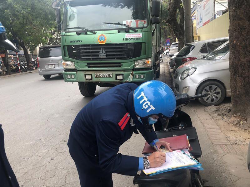 'Xe vua' đeo logo náo loạn phố cấm trung tâm Hà Nội giữa ban ngày Ảnh 16