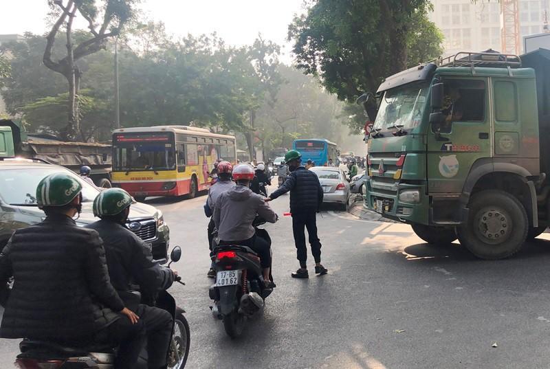 'Xe vua' đeo logo náo loạn phố cấm trung tâm Hà Nội giữa ban ngày Ảnh 3