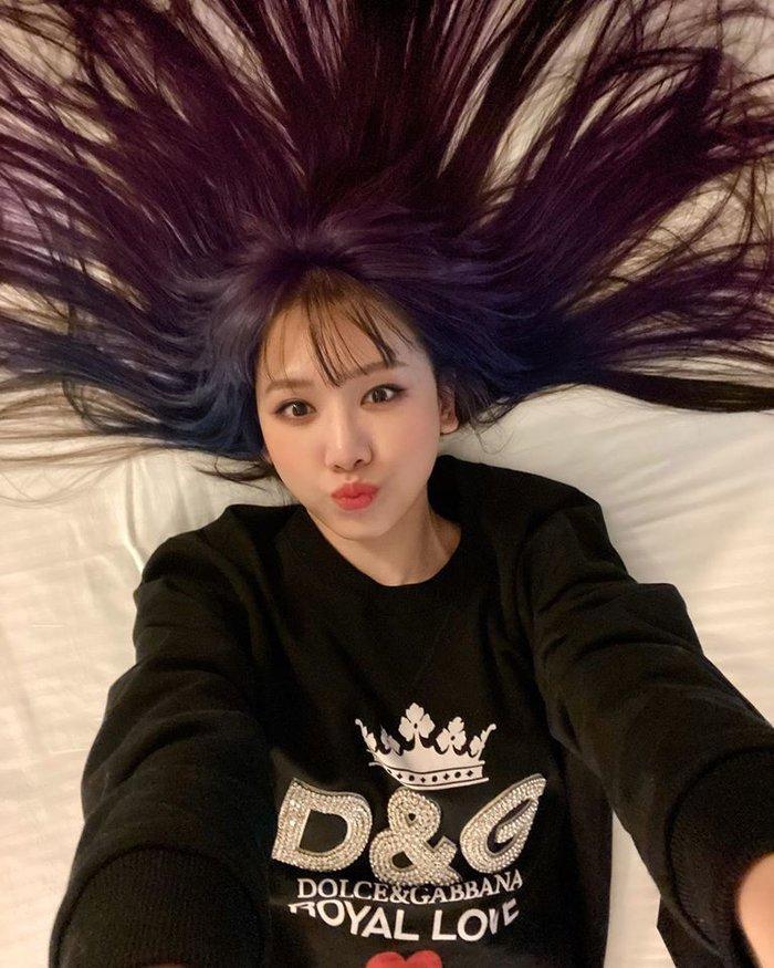 Hari Won khiến fan bất ngờ khi chơi hẳn tóc ombre tông tím lịm chất hơn nước cất Ảnh 2