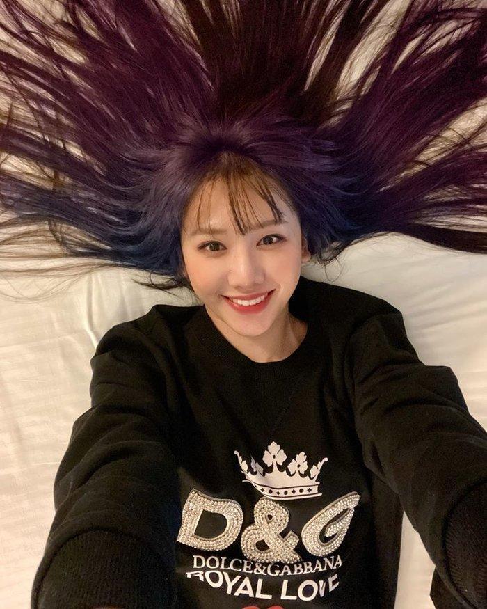 Hari Won khiến fan bất ngờ khi chơi hẳn tóc ombre tông tím lịm chất hơn nước cất Ảnh 1