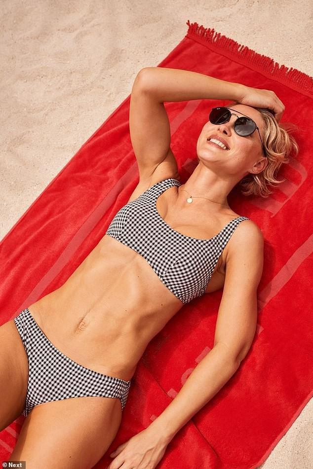 Nữ MC truyền hình Anh tự tin diện thả dáng tuyệt đẹp với bikini ở tuổi U50 Ảnh 2