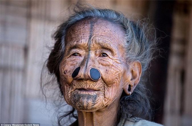 'Ngỡ ngàng' trước bộ lạc có hủ tục đục mũi phụ nữ Ảnh 12