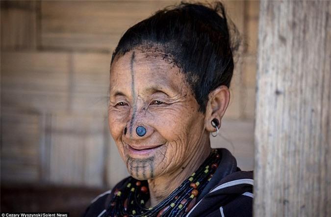 'Ngỡ ngàng' trước bộ lạc có hủ tục đục mũi phụ nữ Ảnh 9