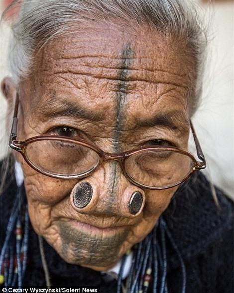 'Ngỡ ngàng' trước bộ lạc có hủ tục đục mũi phụ nữ Ảnh 3