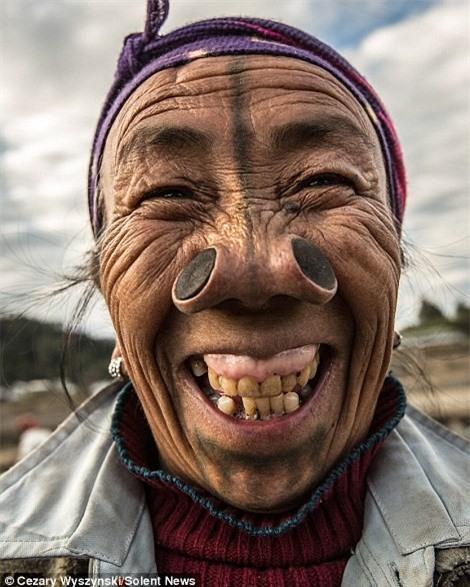 'Ngỡ ngàng' trước bộ lạc có hủ tục đục mũi phụ nữ Ảnh 2