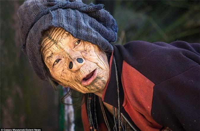 'Ngỡ ngàng' trước bộ lạc có hủ tục đục mũi phụ nữ Ảnh 11