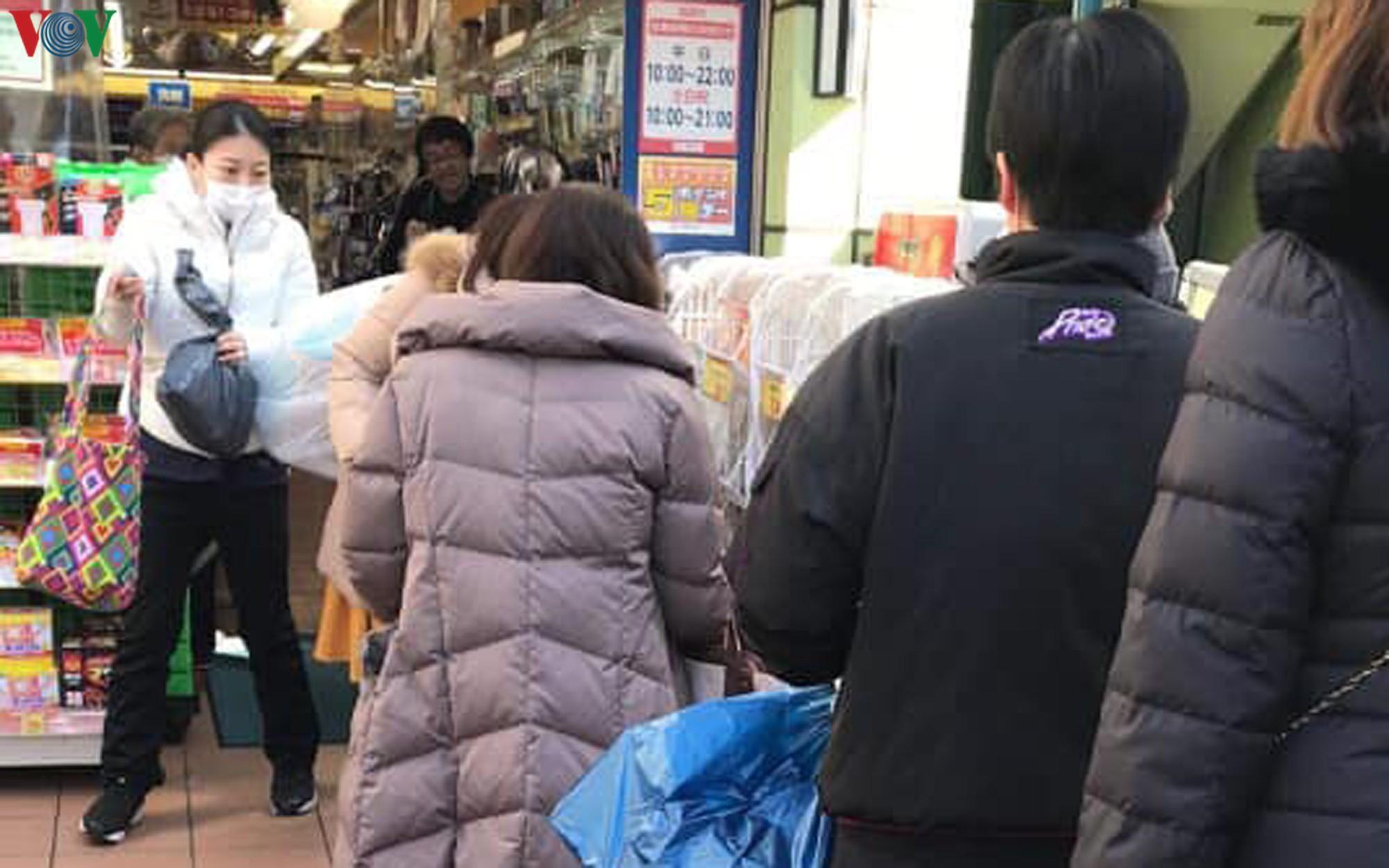 Người dân Nhật Bản đổ xô mua giấy vệ sinh và giấy ăn Ảnh 2