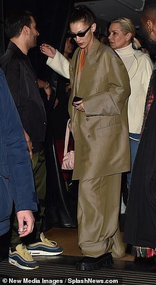 Gia đình Bella Hadid tổ chức tiệc ở Paris khi bên ngoài đang biểu tình Ảnh 1
