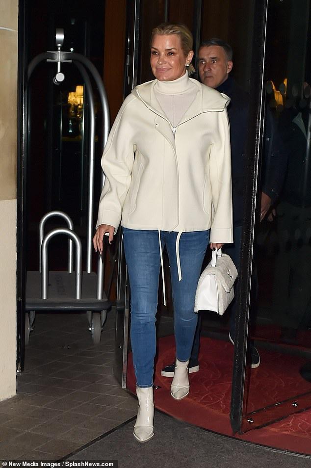 Gia đình Bella Hadid tổ chức tiệc ở Paris khi bên ngoài đang biểu tình Ảnh 5
