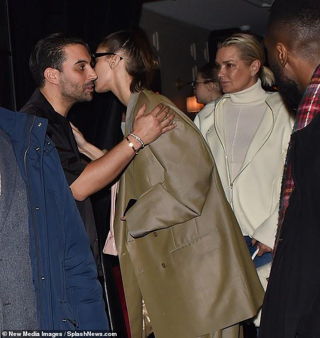Gia đình Bella Hadid tổ chức tiệc ở Paris khi bên ngoài đang biểu tình Ảnh 2