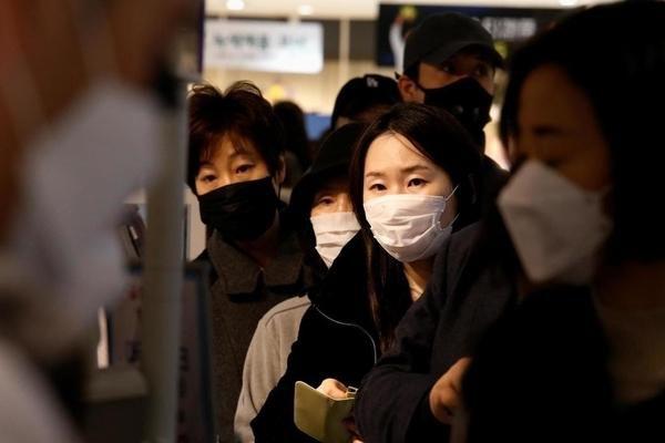 Cô gái Hàn Quốc nhiễm Covid-19 cố tình nhổ nước bọt vào mặt nhân viên y tế Ảnh 1